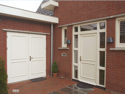 houten openslaande garagedeuren met voordeur geven woning meer aanzien