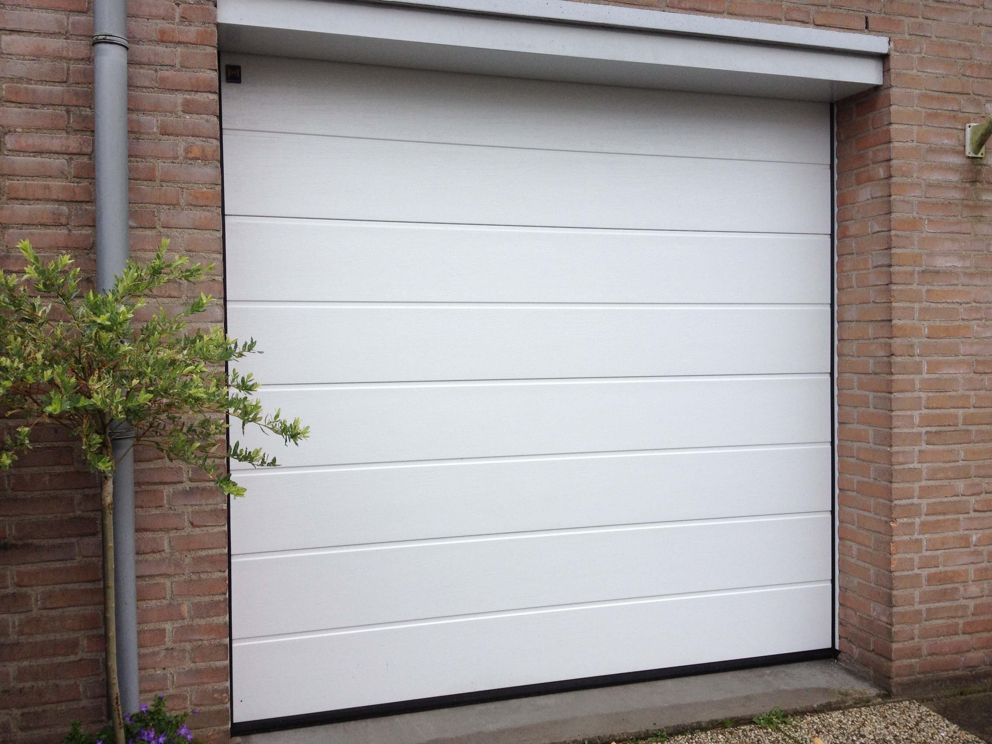 De Hörmann LPU 42 sectionaaldeur vervangt uw ongeisoleerde kanteldeur en verbetert het wooncomfort